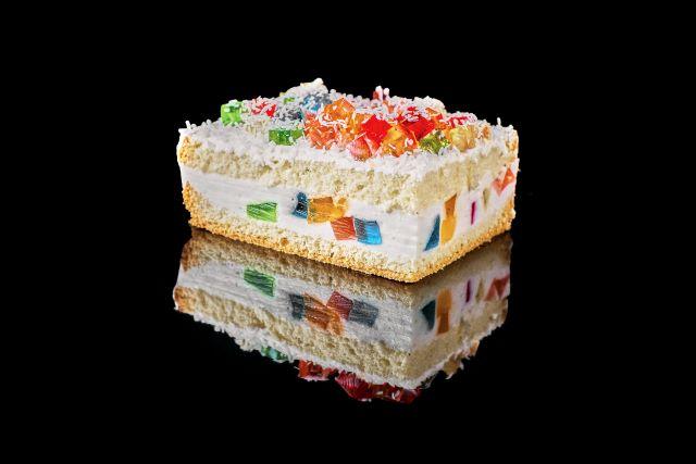 Biszkoptowe ciasto z kolorowymi galaretkami