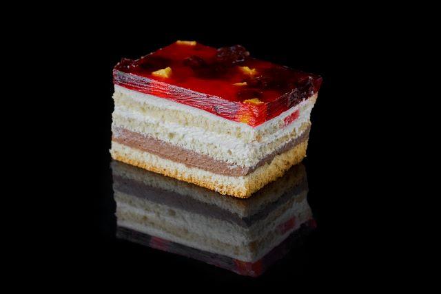 Ciasto biszkoptowe z galaretką i brzoskwiniami
