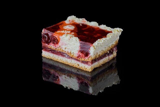 Fantazja - ciasto biszkoptowe z wiśnią w galaretce