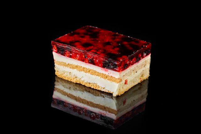 Biszkoptowe ciasto z galaretką i jagodami