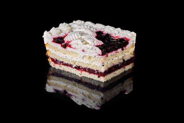 Ciasto biszkoptowe z jagodami w galaretce