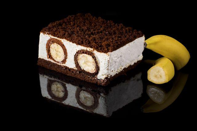 Kopiec bananowy - ciemne ciasto biszkoptowe