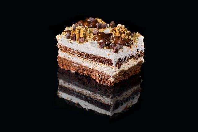 Mars - ciasto biszkoptowe z bitą śmietaną