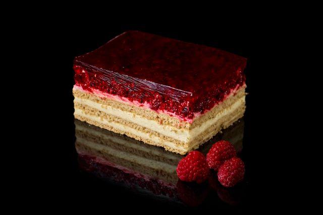 Pasja malinowa - ciasto biszkoptowe z galaretką