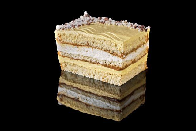 Smakuś - ciasto biszkoptowe z kremem ajerkoniakowym