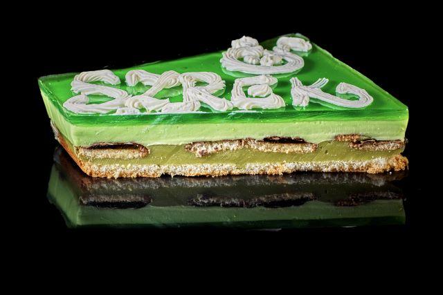 Biszkoptowe ciasto z musem i zieloną galaretką