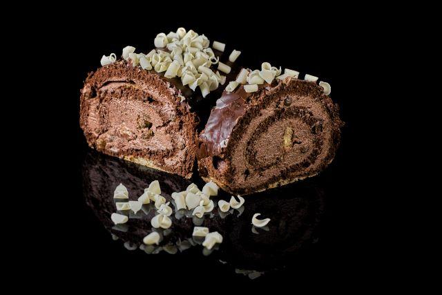 Rolada biszkoptowa z kremem czekoladowym i rodzynkami