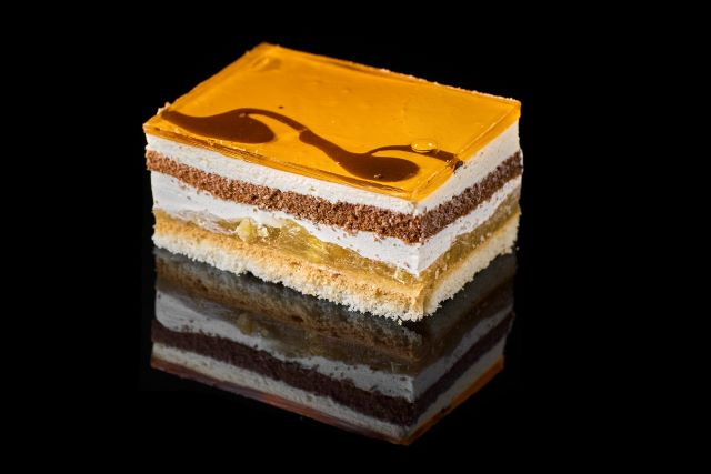 Ciasto biszkoptowe z galaretką i nadzieniem mango